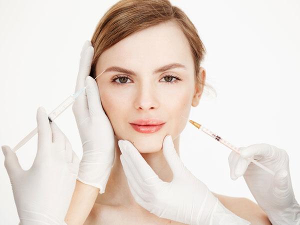 خانمی در حال تزریق بوتاکس به بخش های مخنلف صورت به صورت نمادین دو پزشک در حال جوانسازی و کار روی ابروی وی و بخش گونه صورت او هستند