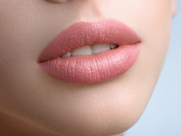 يک لب زيبا و صاف در عکس وجود دارد. اين لب براي يک خانم مي باشد. لب به رنگ صورتي مي باشد
