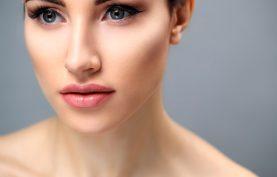 پوست صورت خانم بسيار صاف و روشن مي باشد.