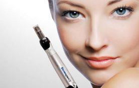 تصویر صورت صاف یک خانم در کنار یک عدد درما پن که نشان دهنده استفاده از روش میکرونیدلینگ برای صافی و جوانی صورت می باشد