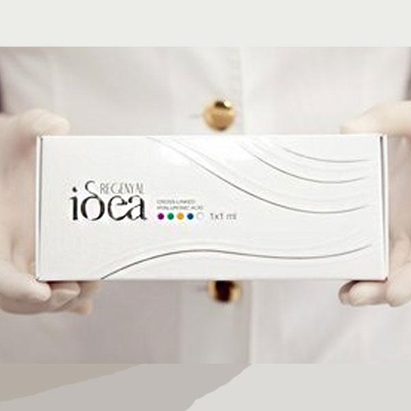 یک بسته رژنیال ایدیا در دستان یک پزشک یا پرستار. زمینه تصویر کدر می باشد
