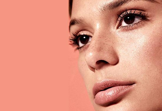 خانمي پوست صورت صاف و زيبايي دارد. او با استفاده از روش سابسيژن جوش و زخم هاي صورت خود را از بين برده است.
