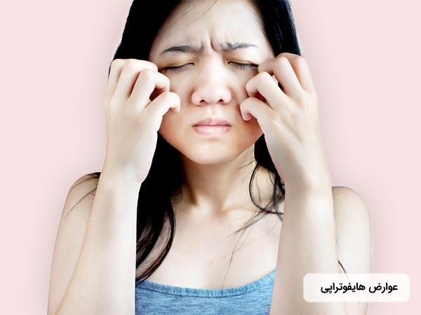 خانم در تصوير از عوارض انجام روش هايفوتراپي رنج مي برد