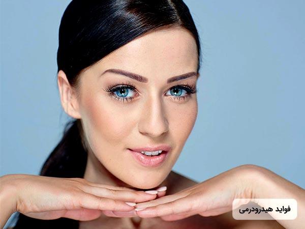 خانم جواني دست هاي خود را زير چانه قرار داده است و پوست صاف و زيبايي دارد. چشمان خانم رنگي مي باشد.