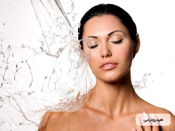 خانم جواني که پوست صاف و زيبايي دارد، چشمان خود را بسته و آب به بدن او برخورد مي کند. او هیدرودرم ابریژن انجام داده است.