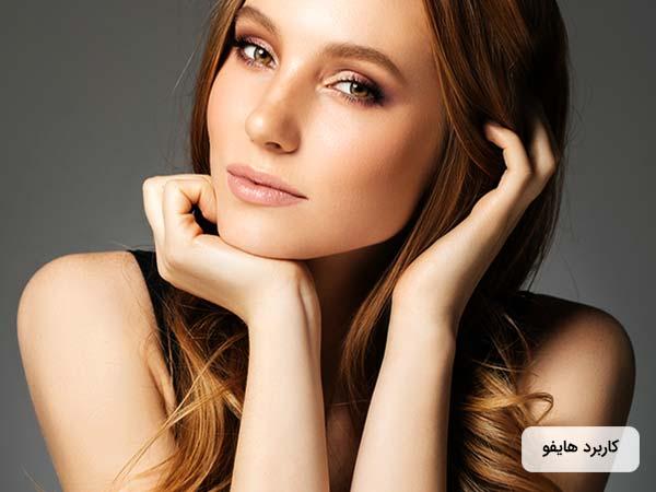 خانمي دست هاي خود را در زير چانه قرار داده است. ايت خانم بسيار جوان است و موهاي زيبايي دارد.