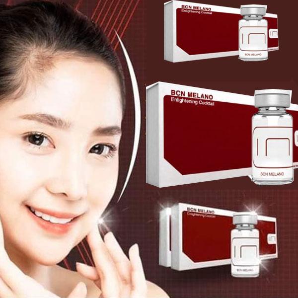 تصویری از صورت یک دختر خانم با زمینه قرمز در کنار چند پکیج مزوی بی سی ان ضد لک برای خرید و سفارش محصول