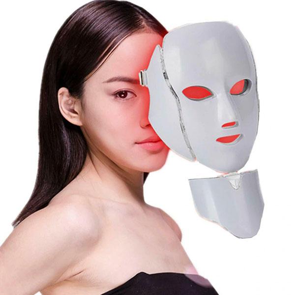 تصویر ماسک ال ای دی با رنگ قرمز بر روی صورت یک خانم برا ی خرید و فروش با کیفیت بالا